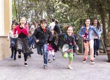 Dzieci biega rasy w pustkowiu Obrazy Royalty Free