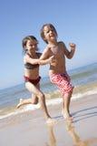 Dzieci Biega Wzdłuż plaży Zdjęcia Stock