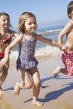 Dzieci Biega Wzdłuż plaży Zdjęcie Stock