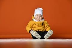 dzieci braci ubrania szczęśliwa z siostra uśmiecha się dwie zimy Dzieciaki w puszek kurtkach obrazy royalty free