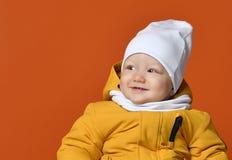 dzieci braci ubrania szczęśliwa z siostra uśmiecha się dwie zimy Dzieciaki w puszek kurtkach Mody dziecko fotografia royalty free