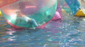 Dzieci brn wśrodku wielkich nadmuchiwanych piłek zbiory wideo