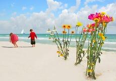 dzieci bukietów kwiat na plaży Zdjęcia Stock
