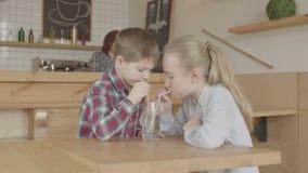 Dzieci bulgocze pijący lemoniadę w bufecie zdjęcie wideo