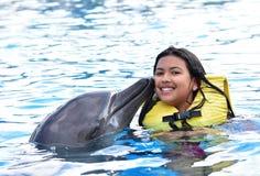 Dzieci całuje delfinu w basenie fotografia stock