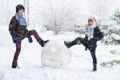 Dzieci chłopiec outdoors i dziewczyna w śnieżnej zimie robią dużemu Obraz Royalty Free