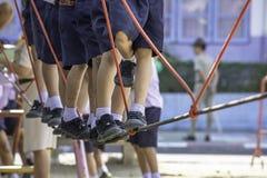 Dzieci chodzi na drucianej arkanie robią aktywności zdjęcia royalty free