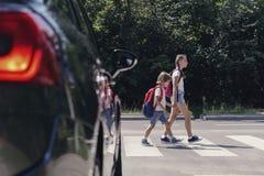 Dzieci chodzi przez zwyczajnego skrzy?owania szko?a obrazy royalty free