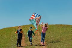 Dzieci cieszą się bawić się z latającą kanią Zdjęcie Royalty Free