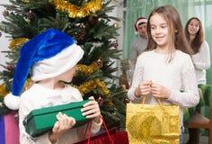 Dzieci cieszą się prezenty blisko choinki Fotografia Stock