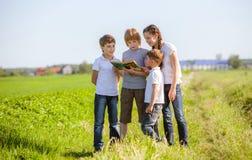Dzieci cieszy się czytać Obrazy Royalty Free