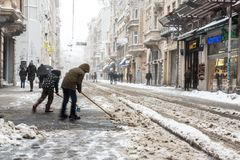 Dzieci czyści śnieg popularna Istiklal ulica Beyoglu Obrazy Royalty Free