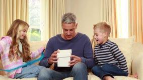 Dzieci daje ich ojcu prezentowi zdjęcie wideo