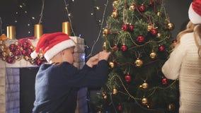 Dzieci dekoruje choinki Dzieciaki świętuje Wesoło boże narodzenia 2016 zbiory