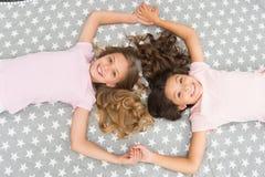 Dzieci doskonalić kędzierzawych fryzur spojrzenia ślicznych Conditioner maskowego organicznie nafcianego utrzymania włosiany błys zdjęcie royalty free