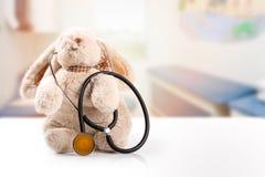 Dzieci fabrykują pojęcie - królik z stetoskopem Obraz Royalty Free