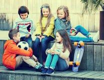 Dzieci gawędzi outdoors obraz royalty free