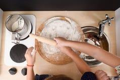 Dzieci gotować Dzieciaki stacza się ciasto dla ciastek w zabawkarskiej kuchni Zdjęcie Stock