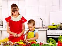 Dzieci gotuje przy kuchnią. Obrazy Stock