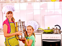 Dzieci gotuje przy kuchnią Obrazy Stock