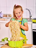 Dzieci gotuje przy kuchnią Obrazy Royalty Free