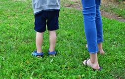 Dzieci iść na piechotę outdoors w trawie zdjęcia stock