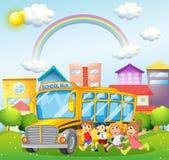 Dzieci i autobus szkolny w parku Zdjęcia Royalty Free