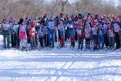 Dzieci i dorosli na początku narciarskich rywalizacj Zdjęcie Royalty Free