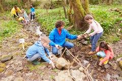 Dzieci I dorosli Niesie Out konserwaci pracę Na strumieniu Fotografia Royalty Free