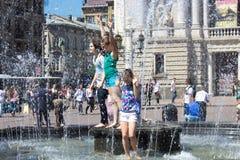 Dzieci i fontanna Obrazy Stock