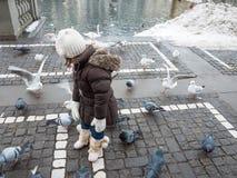 Dzieci i gołębie w Bern, Szwajcaria fotografia stock