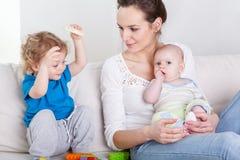 Dzieci i ich matka Obraz Stock