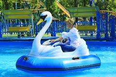 Dzieci i ich rodzice jadą wodnych catamarans nadmuchiwanych w Gorky parku w Kharkiv Obrazy Royalty Free