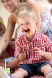 Dzieci I Matka Przy Plenerowym Herbaty Przyjęciem Obrazy Royalty Free