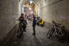 Dzieci i nastolatkowie, chłopiec, stojący na bicyklach i motocyklach w alei Vakil Bazar magistrala zakrywający rynek miasto obraz royalty free