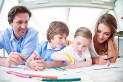 Dzieci i rodziców rysować fotografia royalty free
