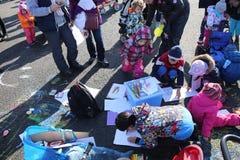 Dzieci i rodzice protestują rysować i bawić się Zdjęcie Stock