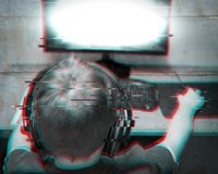 Dzieci I technologia: Nastolatek Jest ubranym słuchawki Bawić się grę komputerową W Domu Usterka skutek I betonowa ściana projekt fotografia royalty free