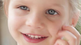 Dzieci i uczucia, portret młoda caucasian dziewczyna patrzeje kamerę zbiory wideo