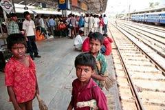 Dzieci Indiańskie stacje z miotłami Zdjęcia Stock