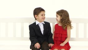 Dzieci jadą na huśtawce, całują each inny na policzku Biały tło zbiory wideo