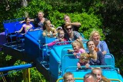 Dzieci jadą na carousel na children boisku Zdjęcia Royalty Free