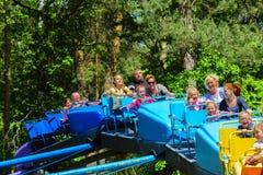 Dzieci jadą na carousel na children boisku Zdjęcie Stock
