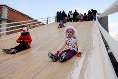 Dzieci jeździć na łyżwach z szczególnie zawijającym up wzgórzem Zdjęcie Stock