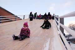Dzieci jeździć na łyżwach z szczególnie zawijającym up wzgórzem Fotografia Stock