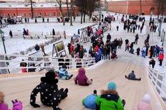 Dzieci jeździć na łyżwach z szczególnie zawijającym up wzgórzem Obrazy Stock