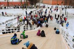 Dzieci jeździć na łyżwach z szczególnie zawijającym up wzgórzem Obraz Stock