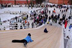 Dzieci jeździć na łyżwach z szczególnie zawijającym up wzgórzem Obrazy Royalty Free