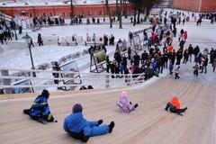 Dzieci jeździć na łyżwach z szczególnie zawijającym up wzgórzem Zdjęcia Stock