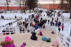 Dzieci jeździć na łyżwach z szczególnie zawijającym up wzgórzem Zdjęcie Royalty Free